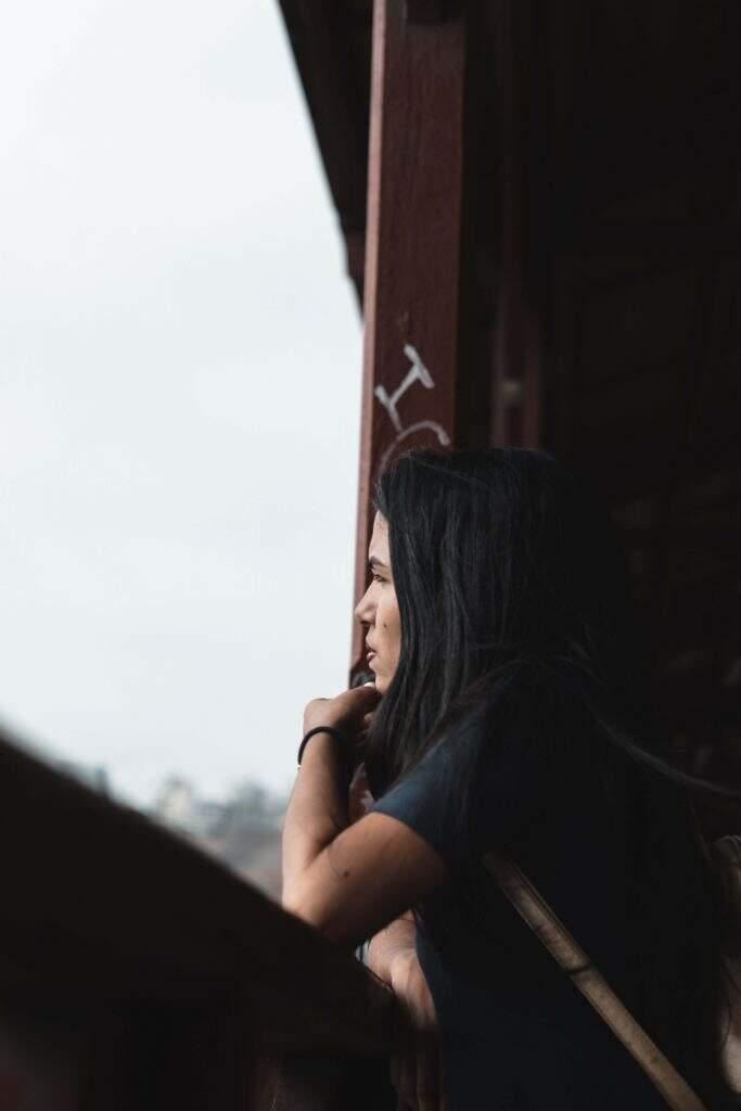 mulher-olhando-o-horizonte